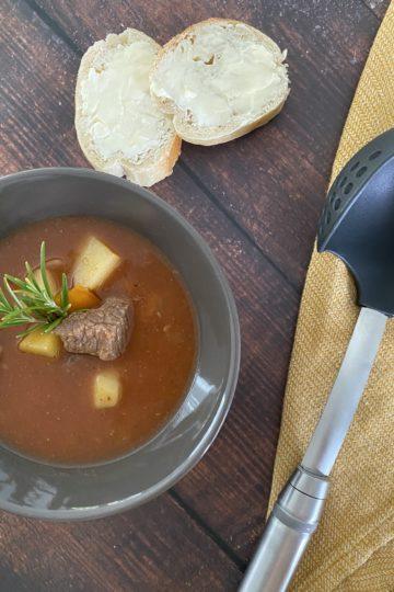 Ines Wuttke kocht mit Pampered Chef Gulaschsuppe aus dem Ofenmeister.